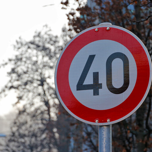 Sign with a speed limit of 40 km/h.